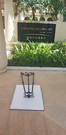 JW Marriott Sanya Haitang Bay: The spa area. Sign has been knocked down for hours but no one care. Water fountain with no water. Luxury Collection indeed.
