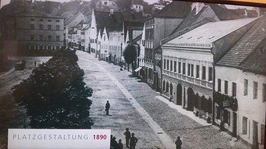 Dingolfing, Germany: Blick auf die noch nicht umgebaute Apotheke.