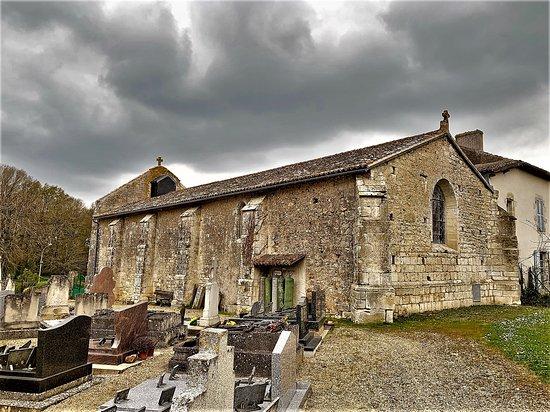 Benassay, France: Une église rurale a l'histoire mouvementée, détruite en partie et reconstruite mais terriblement authentique. Une nef simple, un beau vitrail, un campanile doté d'une cloche, le tout en bon état général.