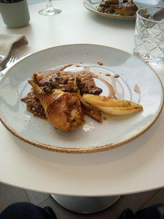 Cuisse de poulet au romarin, crème aux morilles, échalote confite, risotto de sarrasin