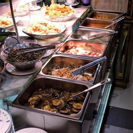 自助區放有炆冬菇、炒烏冬、芝士番茄肉丸、瑞士雞翼、辣魚蛋、炸物和前菜