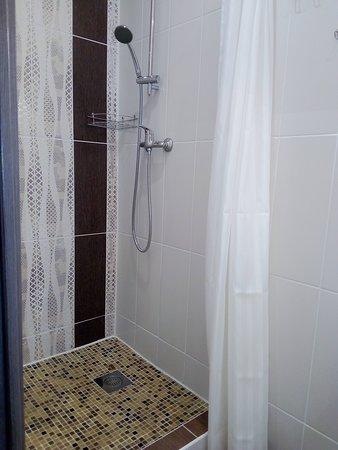 Душ в двухместном номере мини-отеля Ниа-Лотте в Санкт-Петербурге. Отель в 3 минутах от Исаакиевской площади! Идеально для туристов в Санкт-Петербург