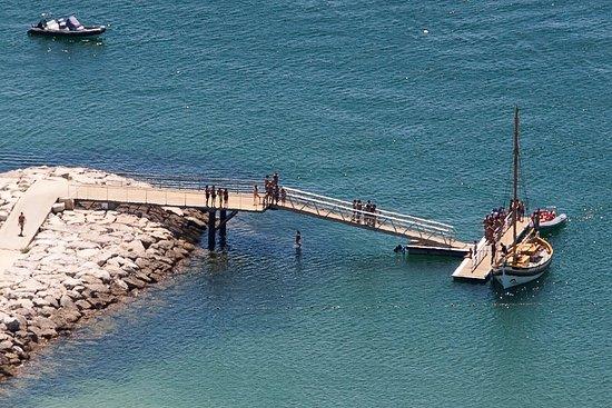 Cais de embarque na Praia do Ouro, de Verão é aqui que esperamos por vocês.