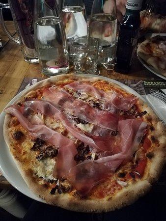Pizza Inverno: pomodoro,mozzarella,speck,brie e radicchio