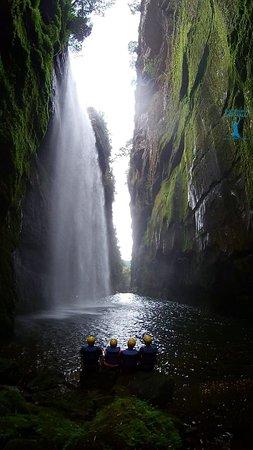 Aventura dentro do canyon de paredões verdes e água cristalina.