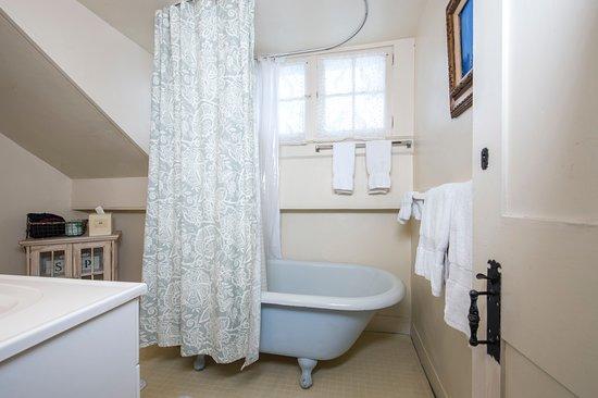The Egremont Village Inn: Bathroom of The Mount Everett #4