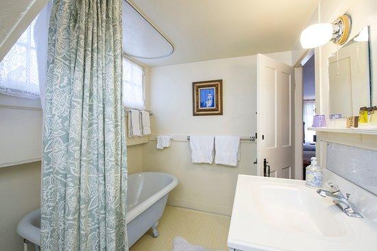The Egremont Village Inn: The Mount Everett #4 bathroom.
