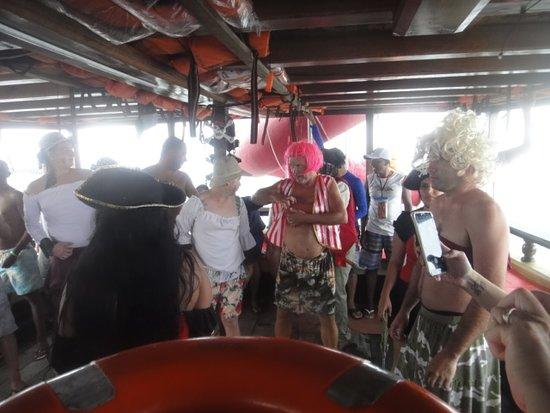 Depois foi a vez do meu cunhado e alguns outros homens se fantasiarem de mulheres e junto a algumas outras mulheres do navio, encenarem, dançarem e ao  final o melhor casal ganharia uma bebida a escolher no bar do navio.