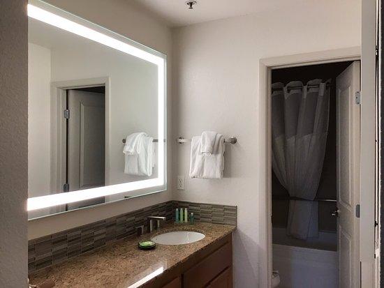 Desert Rose Resort: salle de bain et toilette douche au fond