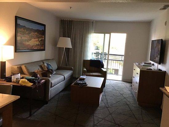 Desert Rose Resort: salon vue du coin salle à manger