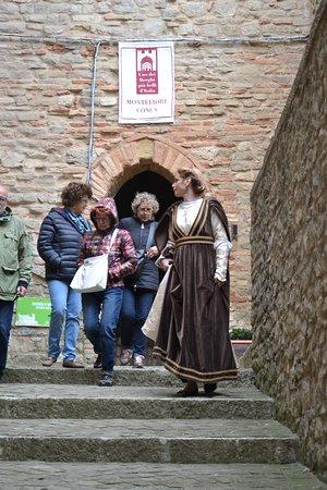 Castello di Montefiore Conca: La guida in costume