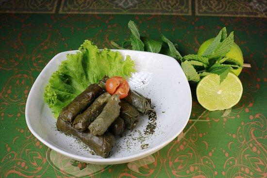 Al Arz Delicias Arabes: Hojas de uva, rellena con arroz y vegetales, con el delicioso toque de limon y aceite de oliva