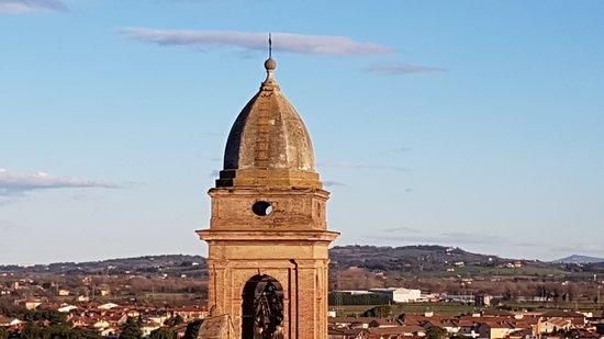 Santarcangelo di Romagna, Ιταλία: vista campanile Collegiata dalla finestra (colle Covignano sullo sfondo)