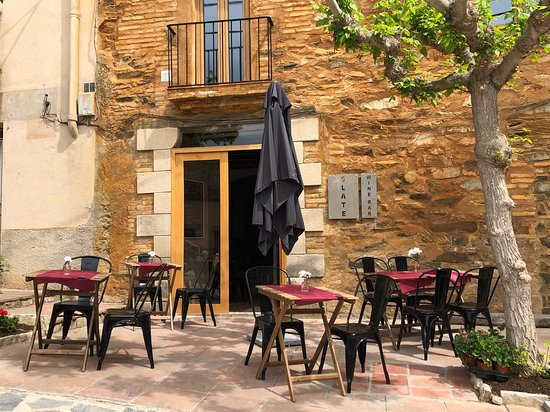 Gratallops, إسبانيا: Outdoor patio to enjoy your wine and tapas.  Great view of Montsant!