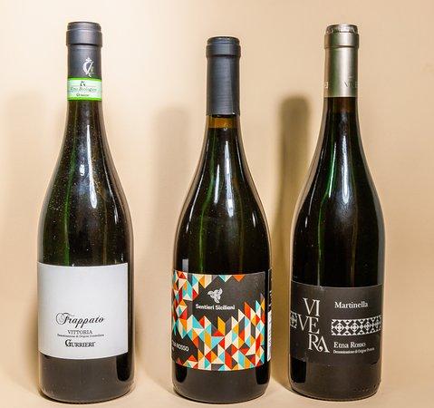 Una raccolta di vini locali biologici esempio di una enologia di alto livello