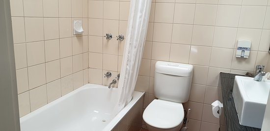 Best Western Hamilton Lakeside Motel   bathroom shower over bath