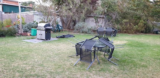 Best Western Hamilton Lakeside Motel   BBQ and tables chairs on back lawn