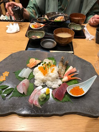 玄武岩のお皿に盛りつけられていて、とっても豪華! 中央のご飯は、酢飯にしてもらいました。 おさしみも新鮮で、とても美味しかったです。