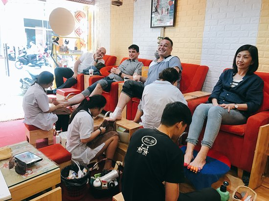 Miss Nhi Beauty Club: We Service spa manicure and foot scrub for man also, (scrub and massage, removes some skin ....)  Many man very happy after they do it. And you???:)))