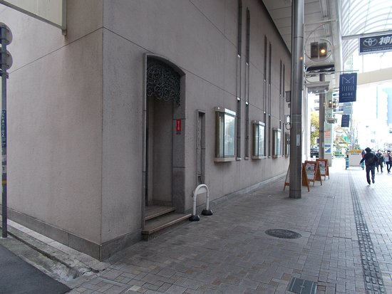 関門跡@元町商店街(通用口の向こう側に埋め込まれていました)