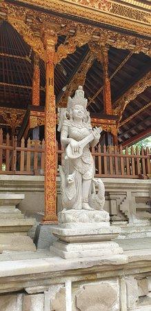 Le meilleur de la visite d'Ubud avec sa balançoire dans la jungle: God of knowledge at the Tirta Empul Water Temple.