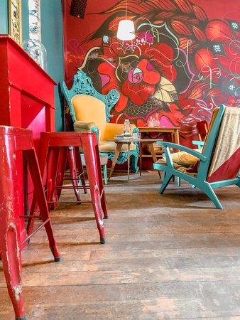 Le Pavillon des Canaux: Vibrant room on the second floor