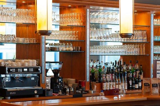 Bar und Kaffeemaschine