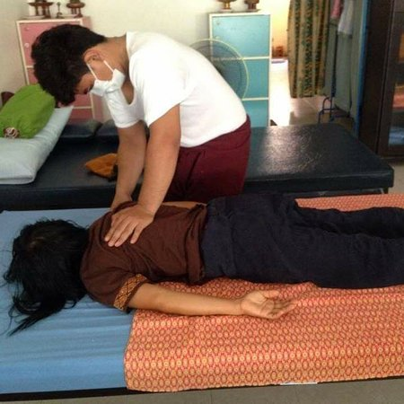 Massage, hammering the line to correct the symptoms at Hua Hin