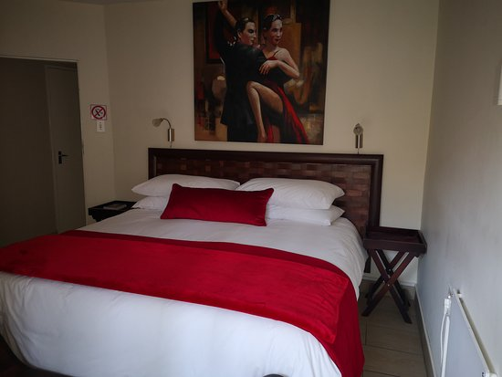 Moulin Rouge - The Moulin Rouge room is contemporary styled, offering guests a peaceful sleep in a luxurious king size bed, with its own en-suite bathroom and private entrance.  The Moulin Rouge room is ideal for couples enjoying a getaway in the area.