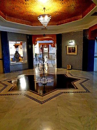 Hotel Transatlantique Meknes: Schöne Lobby, schlechte Zimmer