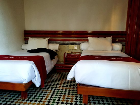 Hotel Transatlantique Meknes: Betten nicht zusammen zu schieben, Raum eisig kalt, dreckiges Bad :-(