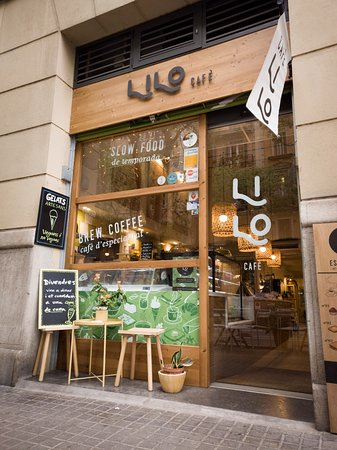 Lilo Cafè from the outside in a nice shiny day in Barcelona.