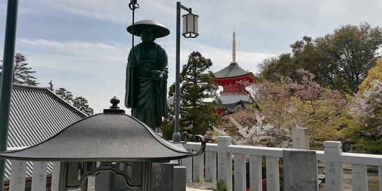 修行大師像です。後方に大願塔を望みます。