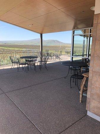 Kiona Vineyards and Winery: patio