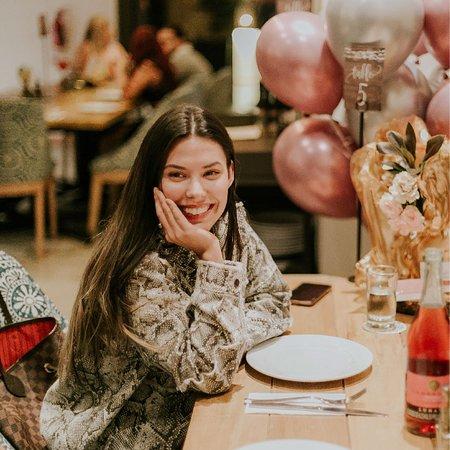 Cumpleaños de Daniela Salazar, acompañada de sus amigos