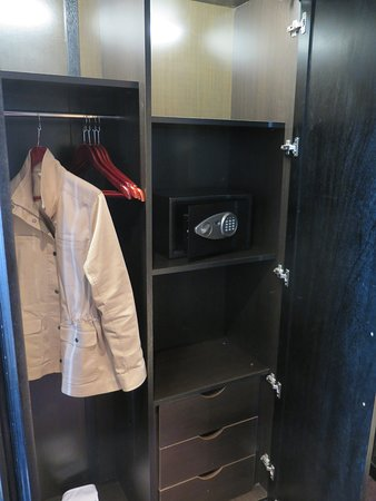 ‪‪La Tour Hassan Palace‬: Closet with safe‬