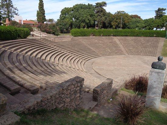 """Фрай-Бентос, Уругвай: Vista del anfiteatro con el busto del escritor Florencio Sánchez, autor de """"M' hijo el dotor"""" y """"Barranca abajo"""", en la parte alta de la barranca"""