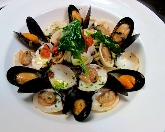 The Lighthouse Restaurant: LINGUINE MUSSELS AND CLAMS