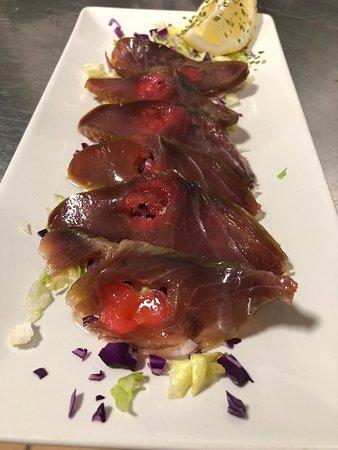 Una de nuestras especialidades es el atún, siempre de origen certificado. Carpaccio de atún con cerezas. No dejes de probarlo.