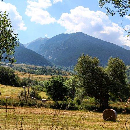 Paisaje pirenaico a pocos minutos saliendo del pueblo rural de Eyne en el Pirineo francés.