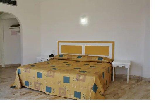 Romano Palace Hotel & Suites Acapulco: habitación en piso 21 sin más muebles que la cama y dos sillas de plástico, no le ponen colcha, esto es mentira