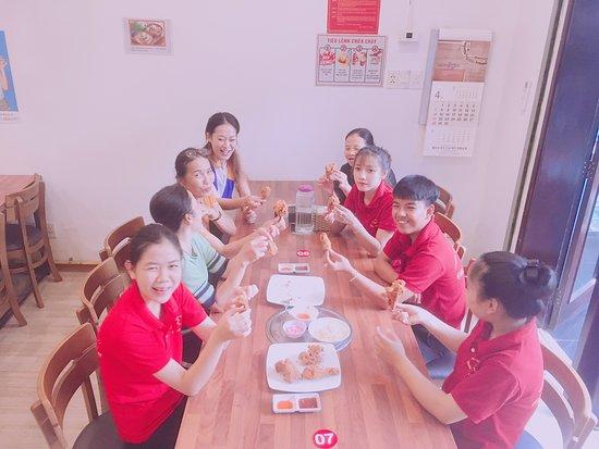 Chao'an County, الصين: 베트남친구들은 정말 작게먹는다. 물론 더워서 습관처럼된것도있겠지만 몸도 작고 왜소하다. 한국치킨한마리로 모임을 가졌다. 많이들 먹고 힘도 으샤내고 건강하고 서로 의지하며 행복하고싶다. 우리직원들 화이팅^^-