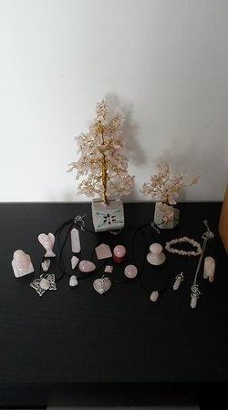 Bascons, فرنسا: Produits en quartz rose : QUARTZ ROSE : Pierre de l'amour inconditionnel et de la paix infinie, guérit les peines de cœur. Préserve l'amour et la tendresse dans le couple. Cette pierre éloigne aussi les ennemis