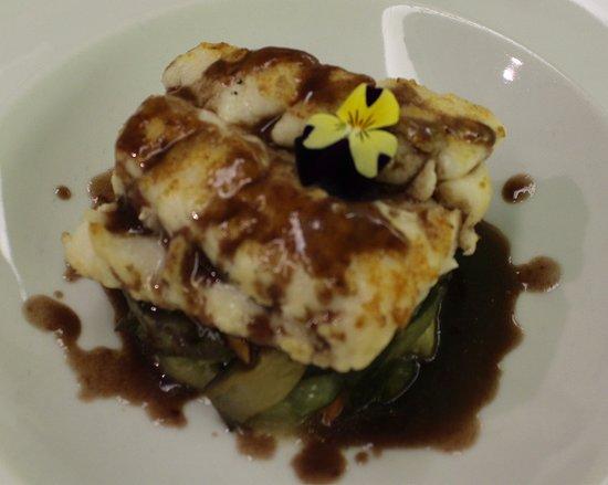 La Chamartina: Plato principal: Merluza con salsa de mar y tierra, acompañado de verduras asadas.