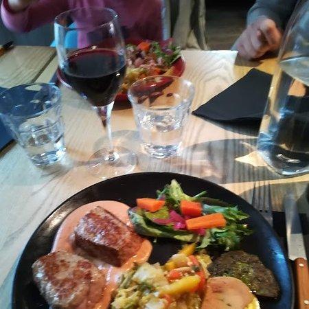 Veau rosé et ses légumes avec sauce châtaigne, farçou, foie gras et salade
