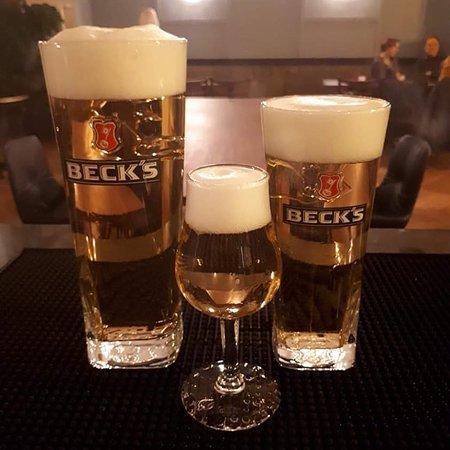 Eine große Auswahl an Bieren in verschiedenen Größen