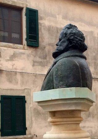 Castagneto Carducci, Taliansko: La statua davanti al Museo ....guarda il paese.....
