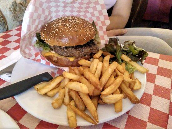 Hamburguesa completa con queso y patatas fritas