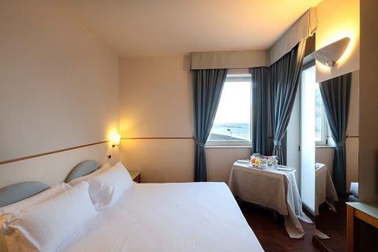 Hotel Baia Flaminia: Camera matrimoniale/ Doppia con vista mare   -  servizio colazione in camera.