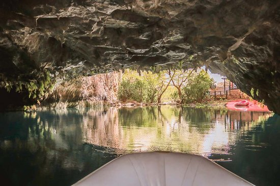 Ibradi, Turcja: Schlauchboot auf dem Höhlensee.